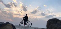 منظر الفروب أثناء ركوب الدراجات في البحرين