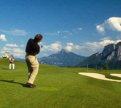 مارس رياضة الغولف لمدة 4 أيام وسط حقول النمسا