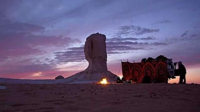 مخيم صحراوي في الصحراء البيضاء والسوداء في مصر