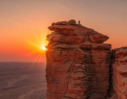 التنزه عند غروب الشمس على حافة العالم