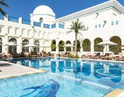 استرخ واستمتع بأشعة الشمس على حمام السباحة وشاطئ النادي الدبلوماسي (خلال أيام الأسبوع)