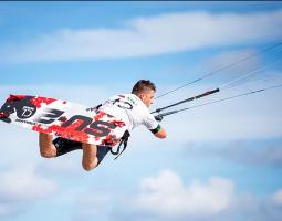 رياضة ركوب الأمواج بالطائرة الورقية في قطر